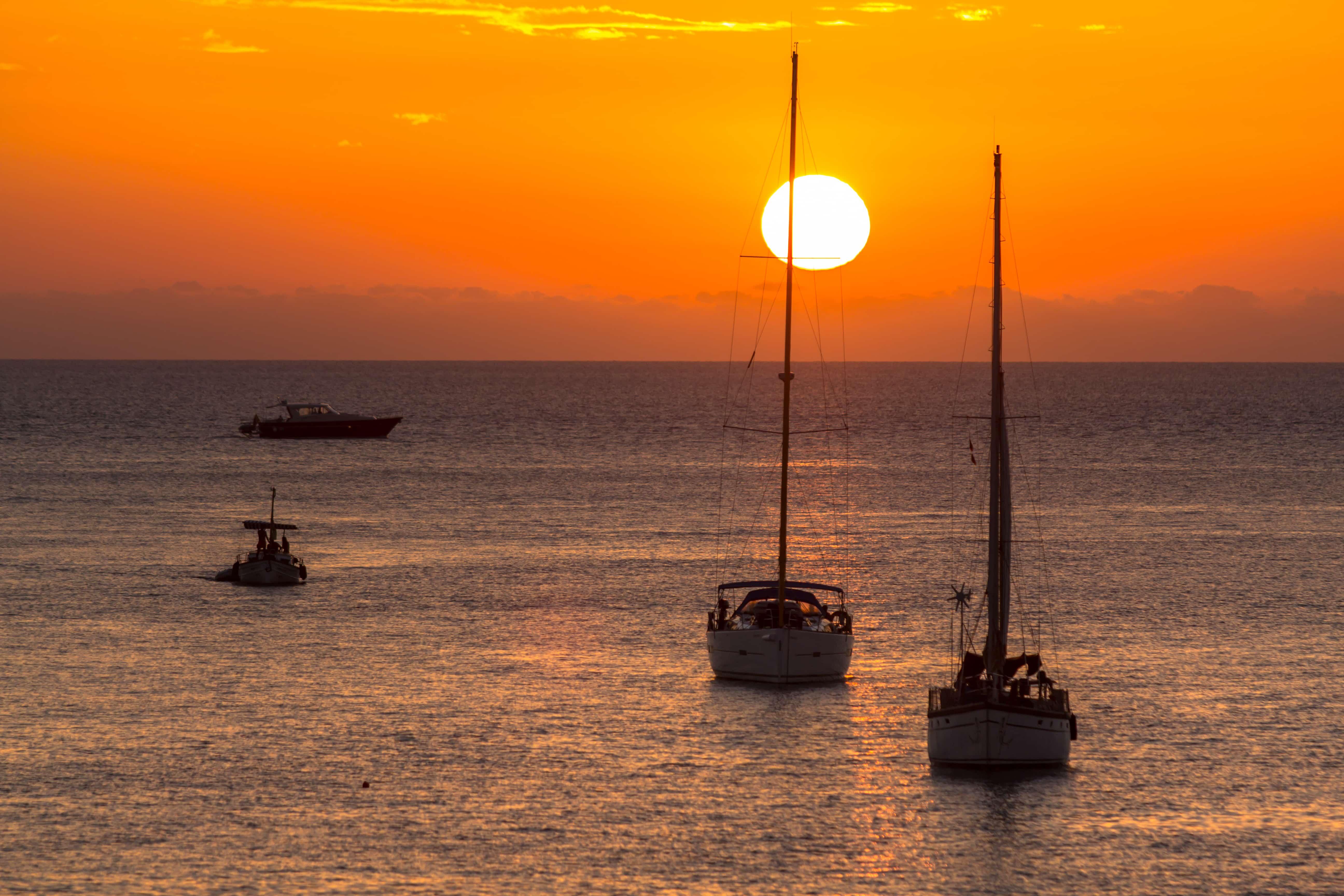 Paseo en barco viendo el amanecer Amanecer a bordo de un velero